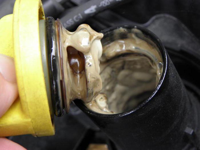 Почему эмульсия на крышке двигателя