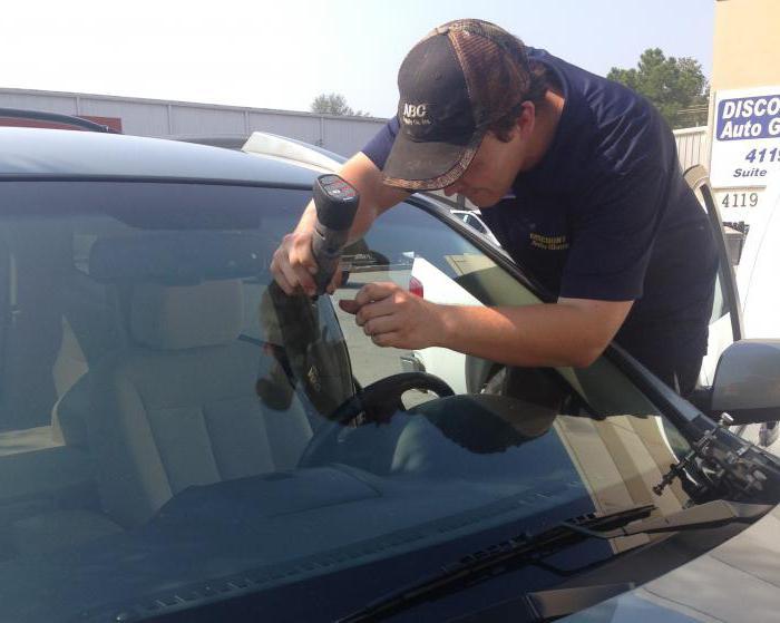 Удаление трещин на лобовом стекле: средства и способы