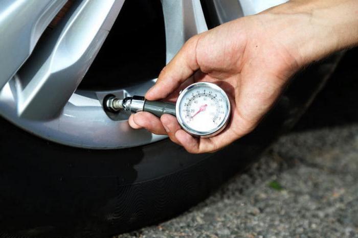 При торможении автомобиль уводит в сторону причины