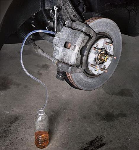 Почему педаль тормоза проваливается при заведенном двигателе
