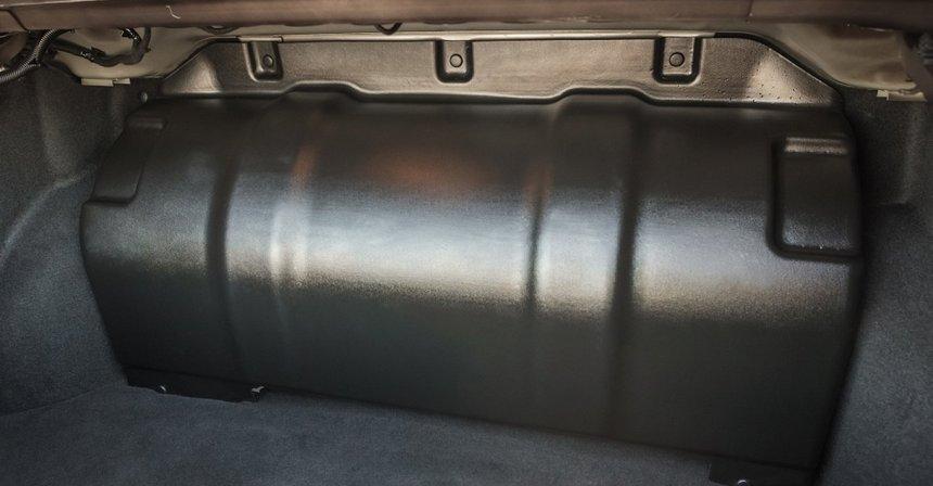 веста cng: баллон в багажнике