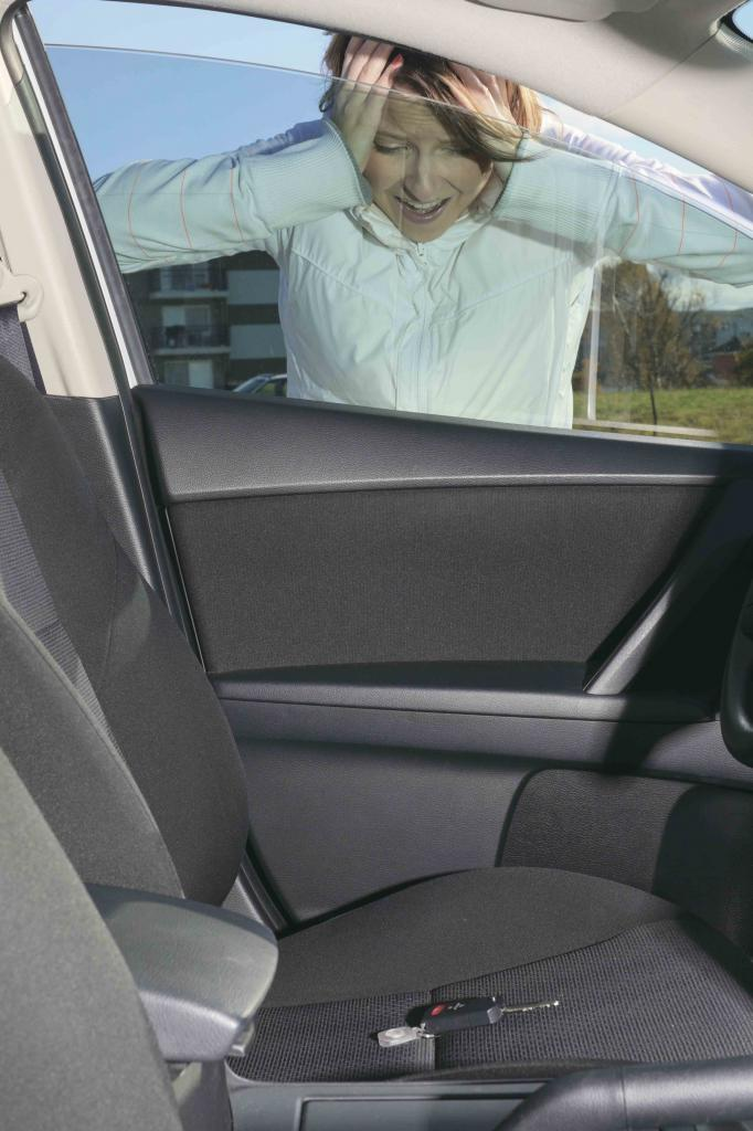 Как открыть машину, если ключ внутри: пошаговая инструкция