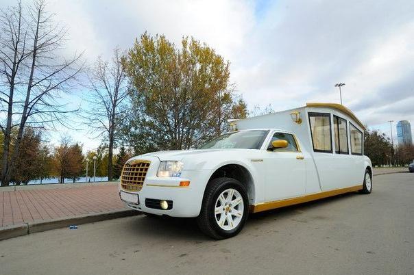 Карета-лимузин: безупречный выбор для свадебного торжества!
