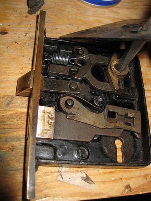 how to disassemble the door lock of the interior door