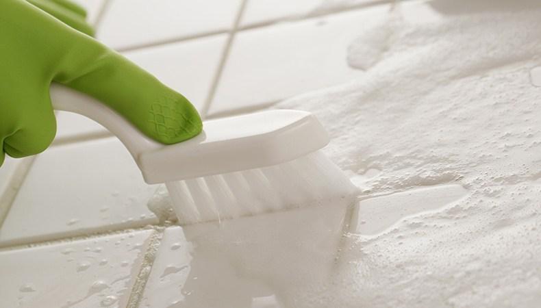 чем почистить швы в ванной