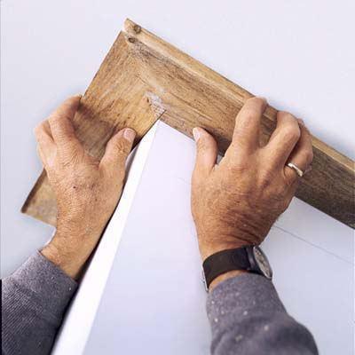 Как разрезать потолочный плинтус в углах