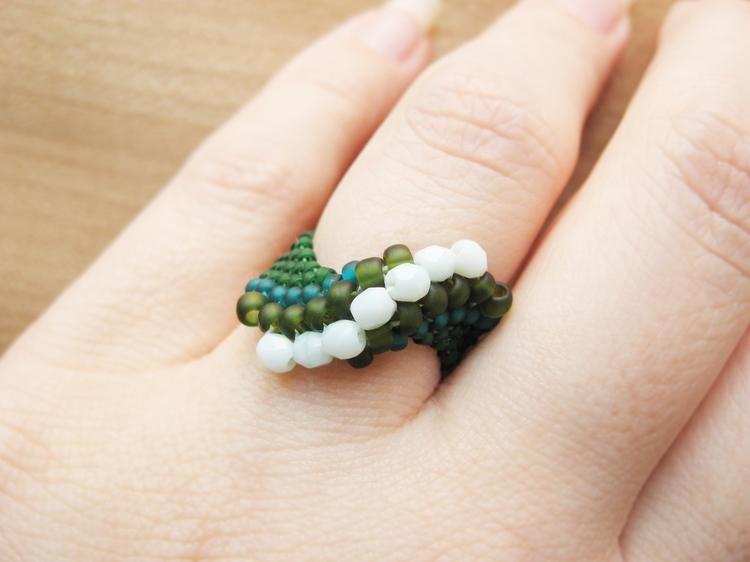 Делаем модное украшение: кольцо своими руками из бисера