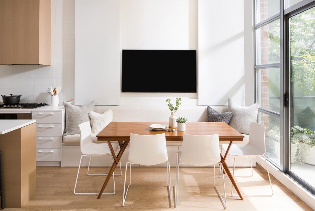 Куда повесить телевизор на кухне? Фото лучших идей