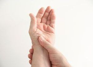 Онемение пальцев правой руки: причины и лечение