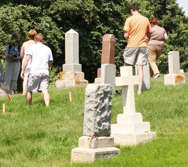 Можно ли ходить на кладбище во время месячных? Почему?