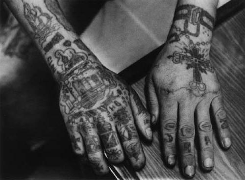 значение тюремных татуировок на пальцах
