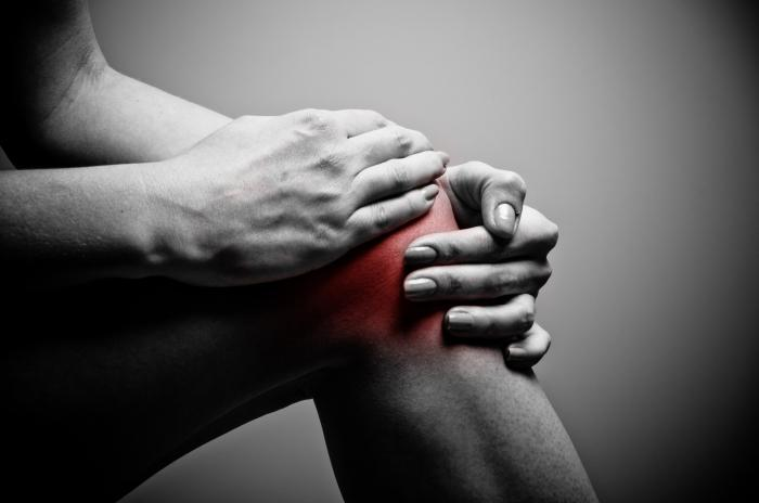 почему хрустит колено