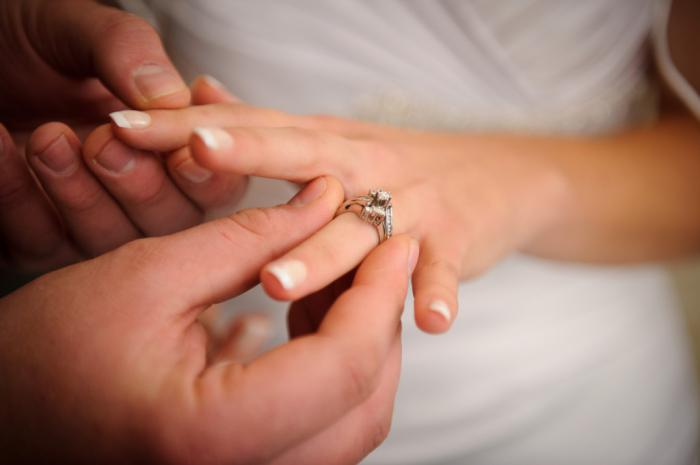 изумлении, Женщина перестала носить кольцо брака психология пояснил