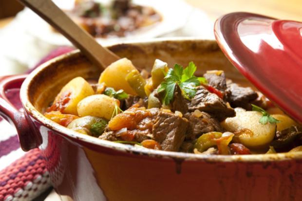 Идея ужина тушеное мясо с картошкой в