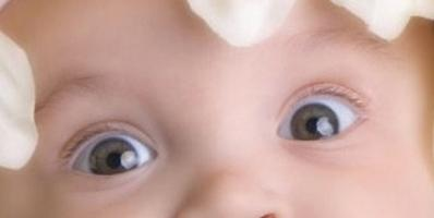 Когда у грудничков меняется цвет глаз