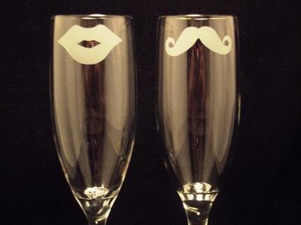 Статья расскажет о том, как украшать свадебные бокалы своими руками