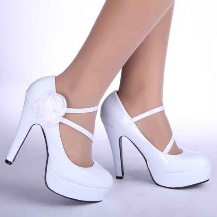 Белые туфли на высокой шпильке