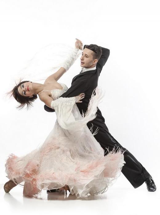 во сне знакомая женщина танцует