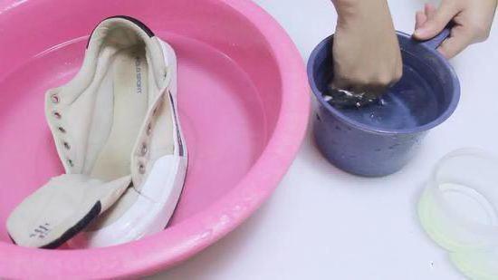 как почистить белые кеды из ткани зубной пастой