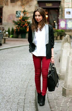 С чем носить красноватые джинсы? Узнаем!