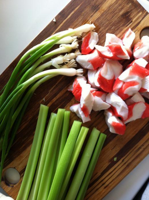 Салат с крабовыми палочками и крабовыми чипсами рецепт