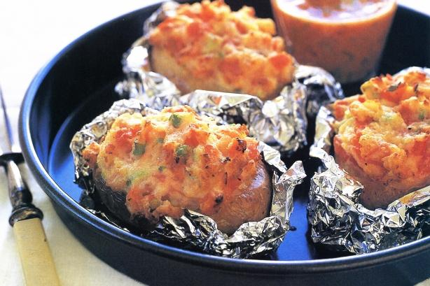 Запечь картошку в духовке с майонезом и чесноком