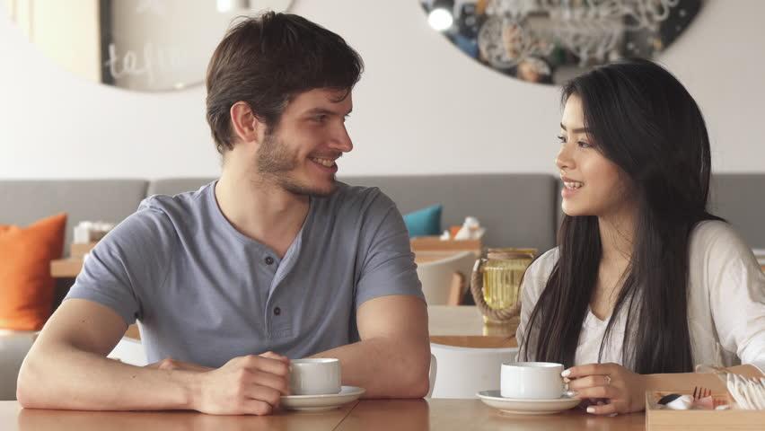 Как понять, что девушка хочет поцелуя: интерпретация языка тела