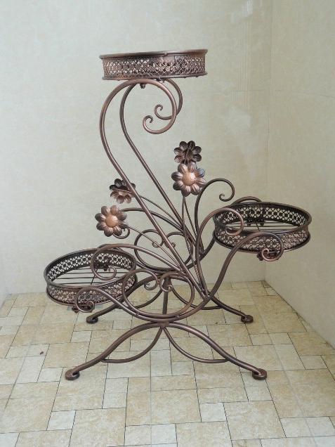 Кованые цветочницы: старинное ремесло украшает наш быт