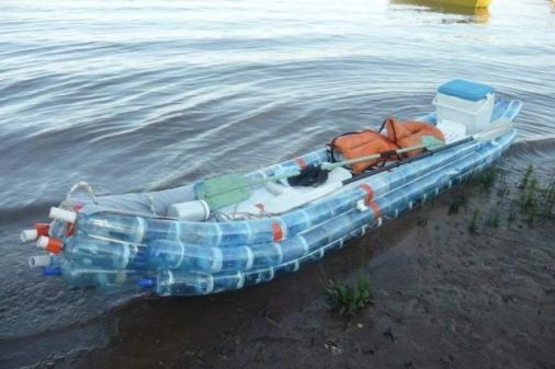 Лодка из пластмассовых бутылок. Это стоит испытать