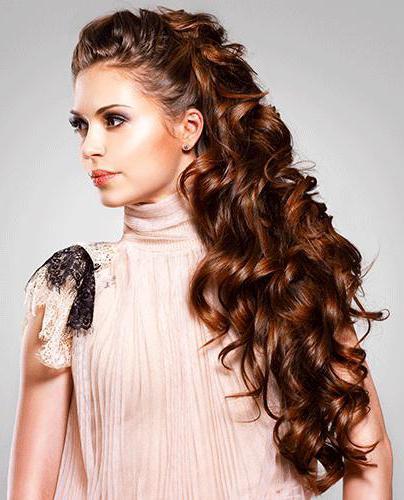 повседневные прически на волнистые волосы средней длины