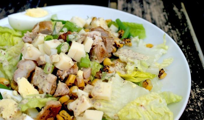 Салат с сухариками и колбасой рецепт