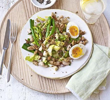 салат с тунцом сухариками и фасолью рецепт