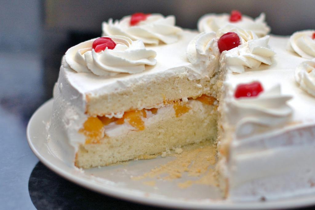 Очень вкусный торт со взбитыми сливками и фруктами