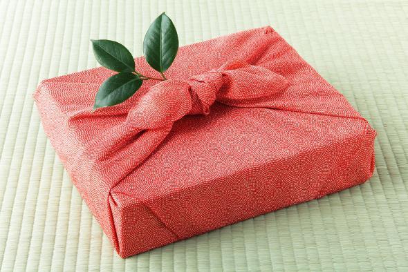 Упаковка подарка в гофрированную бумагу своими руками