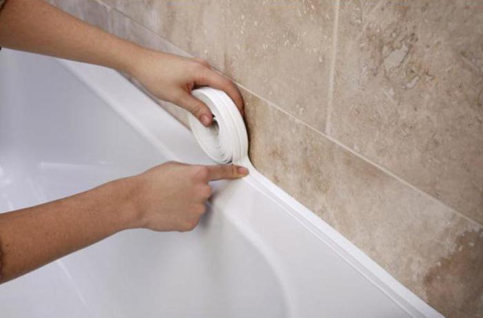 Заделка швов между ванной и стеной