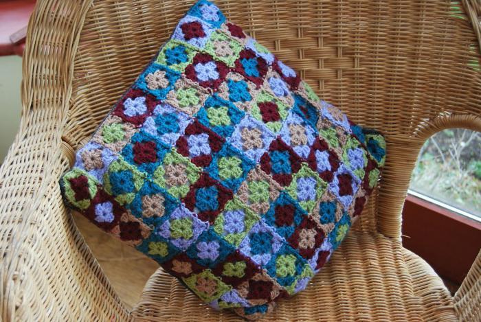 подушка из мотива бабушкин квадрат