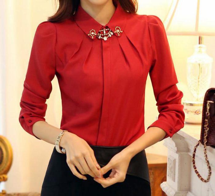 красная блузка и черная юбка