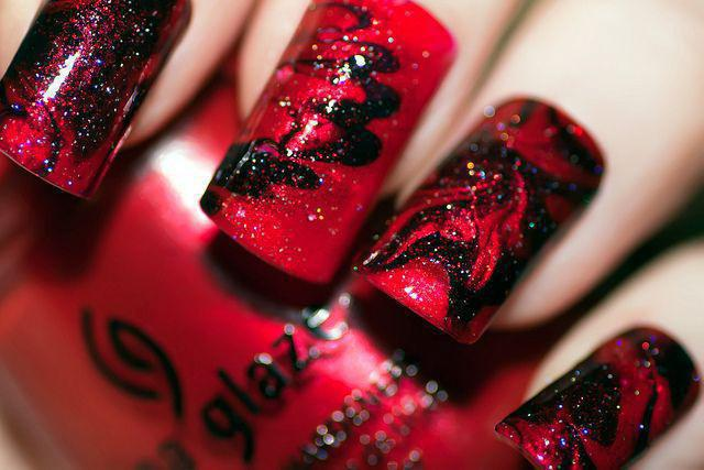 маникюр черный с красными блестками