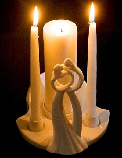 Свечу принеси, как семейный очаг, на свадьбу двоим новобрачным