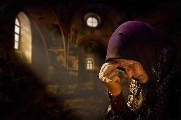 Какие воскресные молитвы читают на службе в храме и дома?
