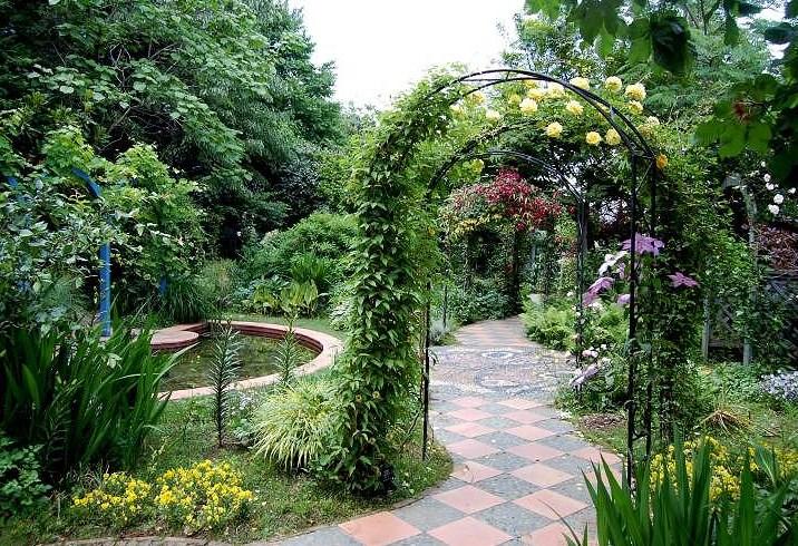 Арка в виде открытой перегородки в саду