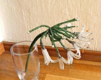 Плетение подснежников из бисера