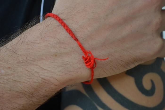 Красная нить на запястье своими руками
