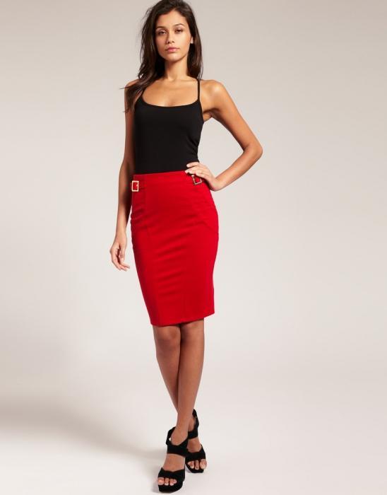 В красной юбке красном платье и черных чулках колготках 144