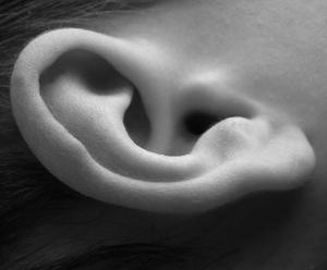 чем промыть уши от серы
