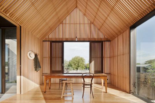 Теплый деревянный пол в доМаты из камыУтепление
