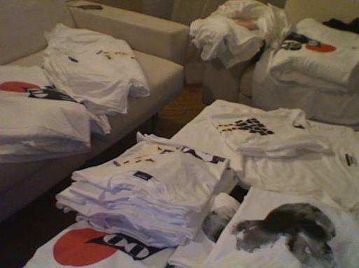 Как китайцы складывают футболки