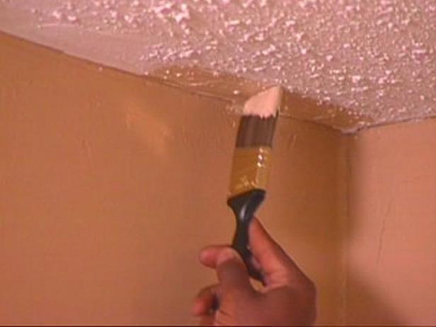 пыльный потолок закрасили водоэмульсионкой сейчас он желтоватый как поправить ситуацию