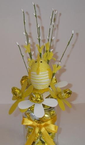 Сделать цветы из конфет гофрированной бумаги своими