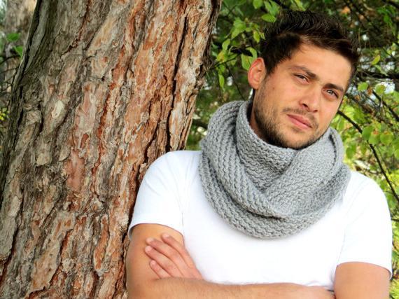 Изготовить своими руками подобное изделие сможет даже начинающая... шарф мужской спицами вязание спицами мужской шарф